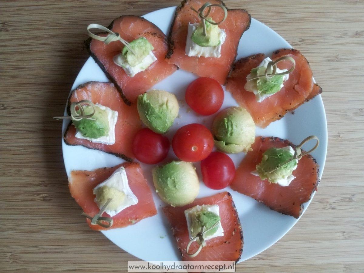Tapas zalm met tomaat, brie en avocado