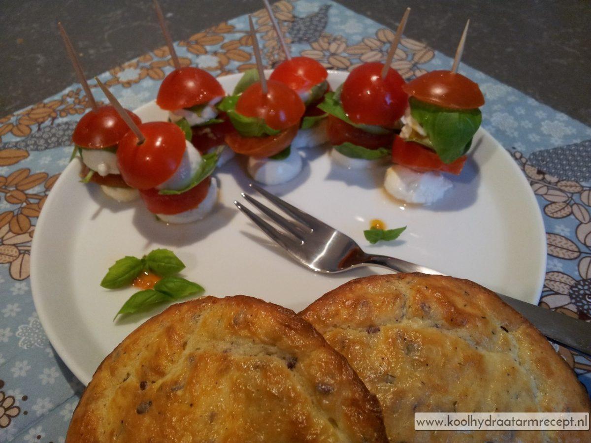 Mozzarella spiesjes met kaasbroodjes