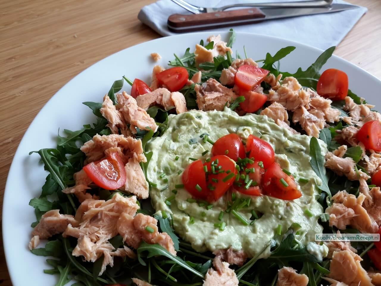 Rucola salade met zalm, avocado en tomaat
