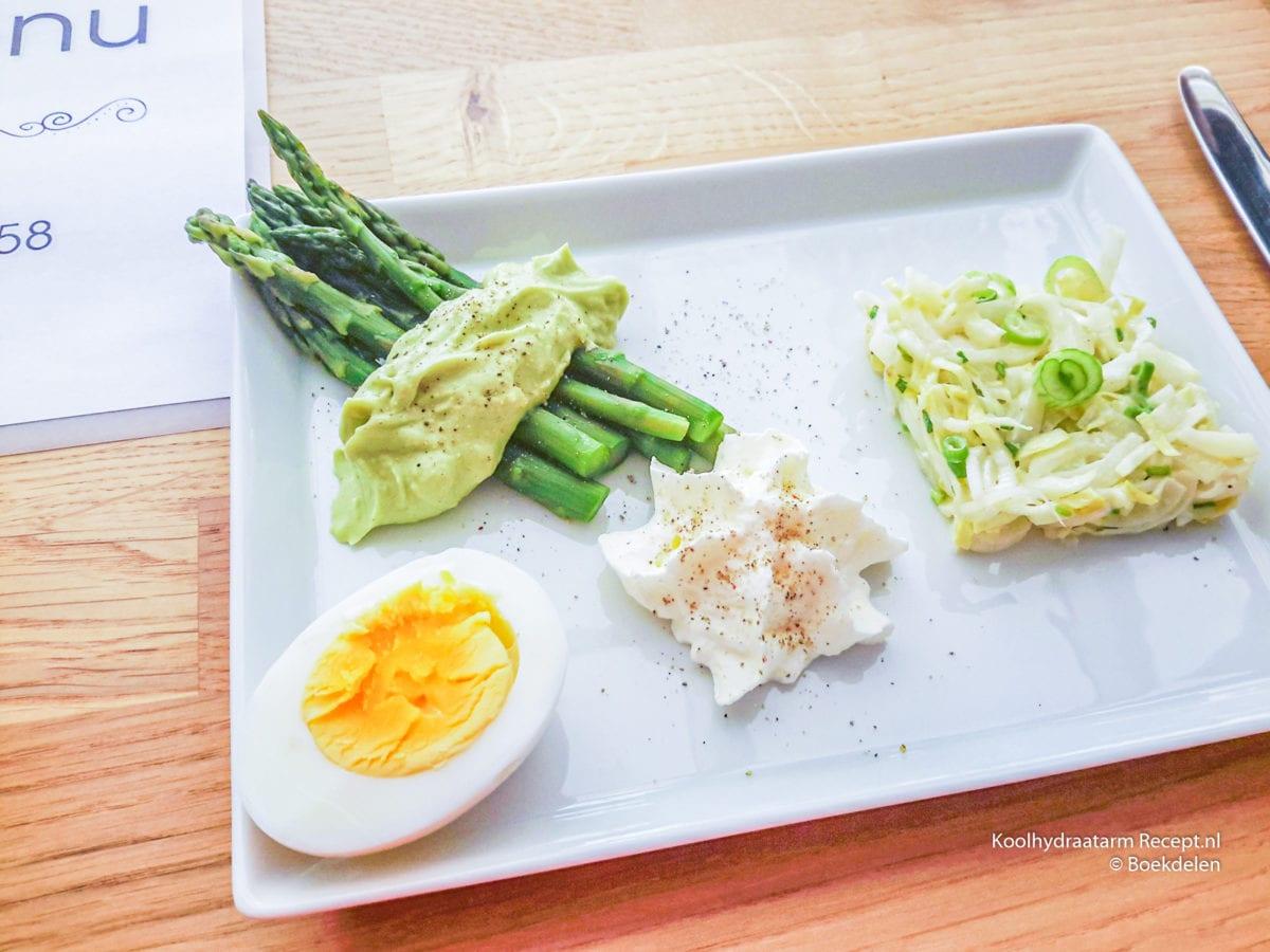 asperges met guacamole en witlofsalade