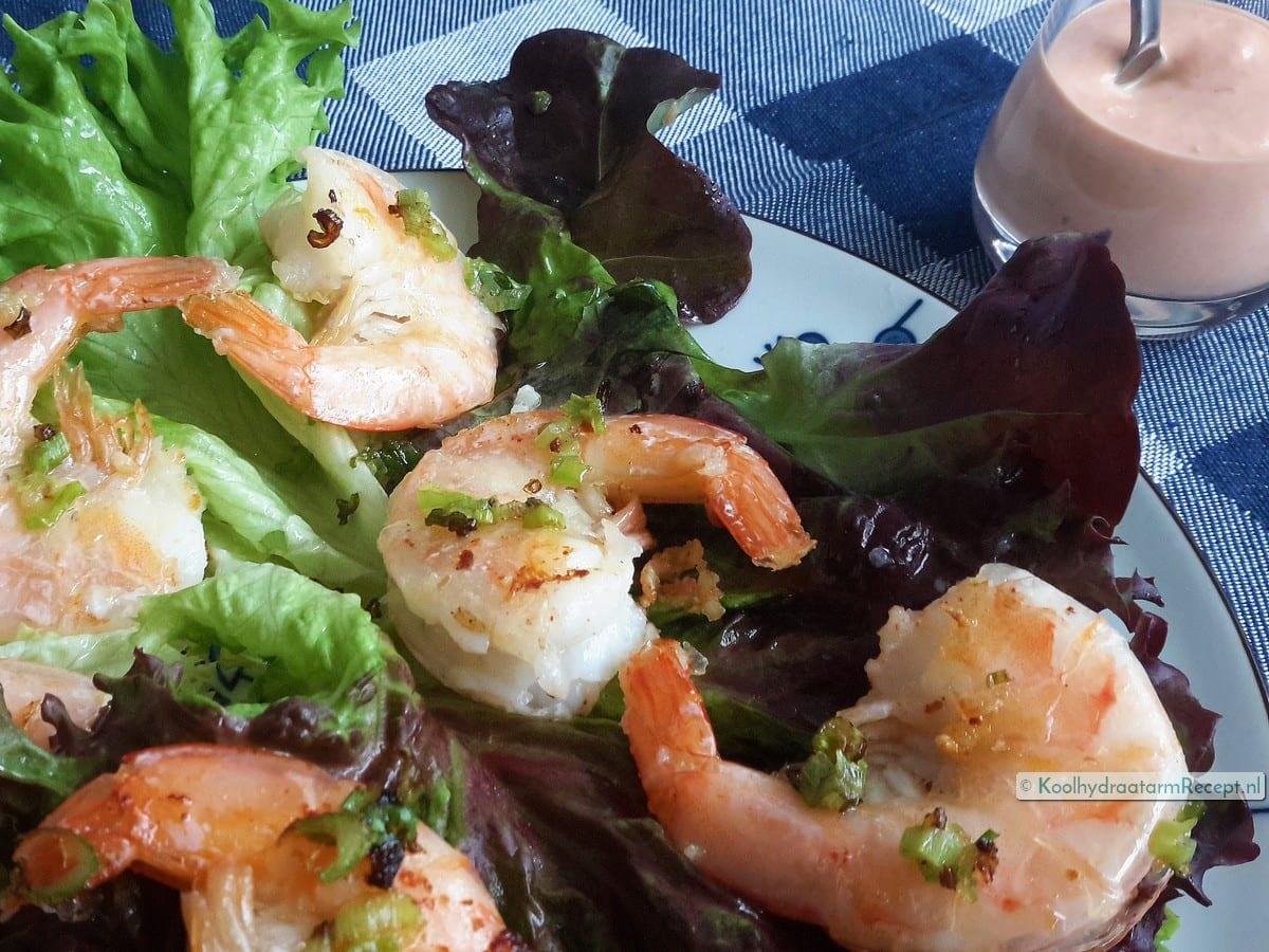 Salade met reuzengarnalen en pittige saus