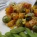 spruitjes en pompoen met tomatensaus koolhydraatarm, opgemaakt bord, kleurrijk