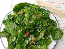 spinazie met knoflookdressing