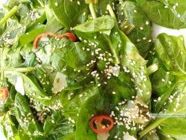 spinazie met knoflookdressing, close