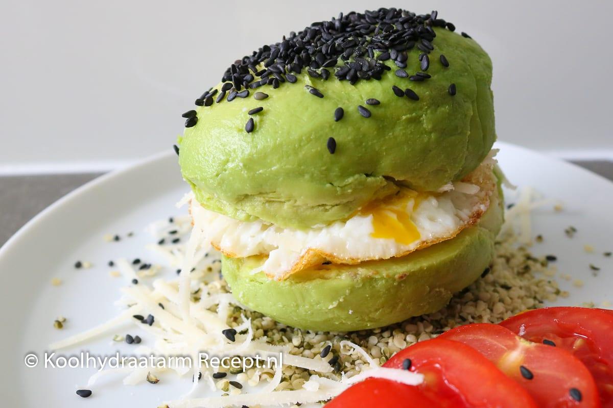 avocado bol met ei, keto avocado bun