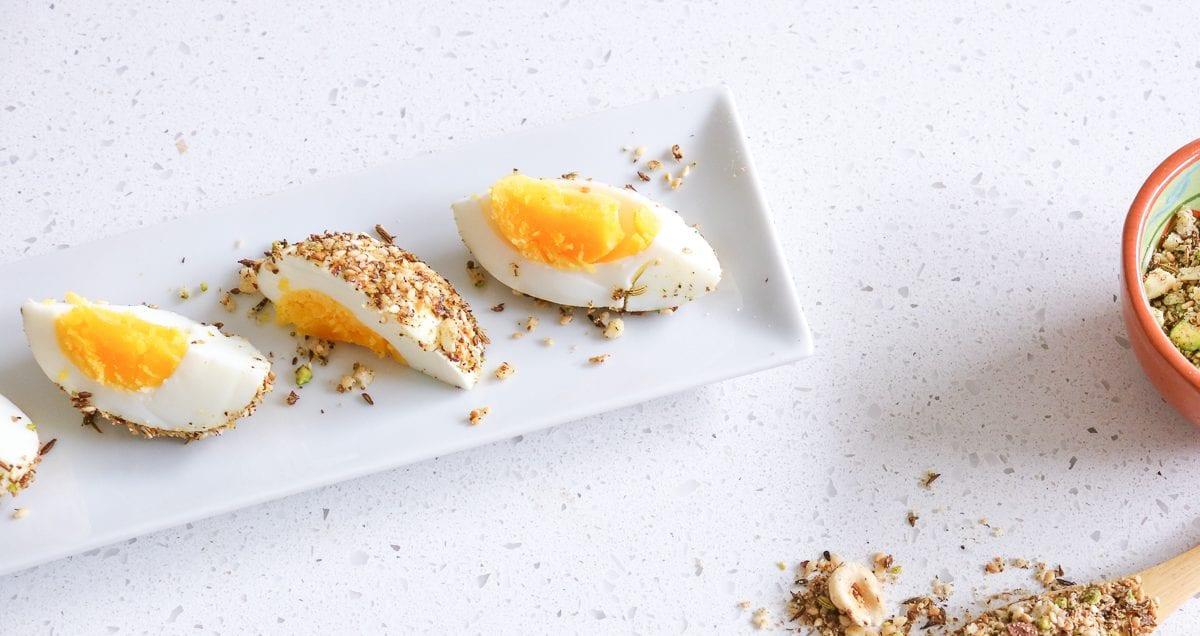 gekookt ei met een dukkah korstje