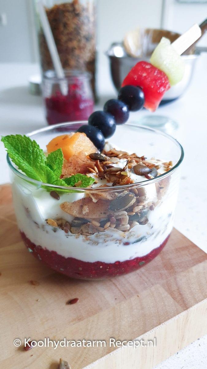 snelle hangop met granola en een vruchtenspies
