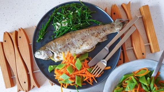 gevulde forel met gemengde groente op het bord