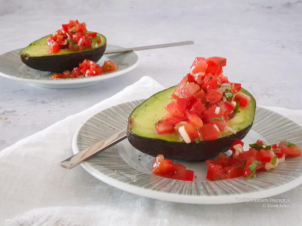 tomatensalsa in avocado