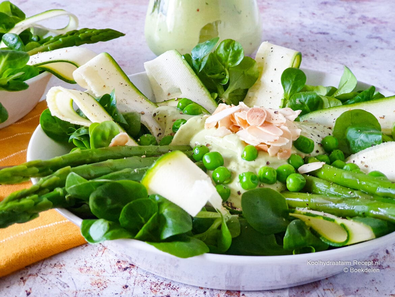 veldsla met asperges en avocadodressing